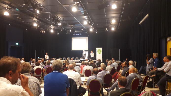 Presentatie in de schouwburg van Cuijk aan onder anderen Land van Cuijkse raadsleden.