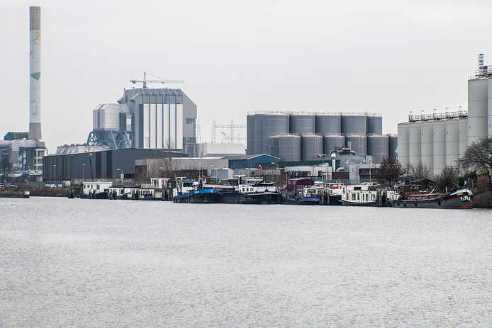 De woonboten aan het Maas-Waalkanaal Oostkanaaldijk in Nijmegen-West.