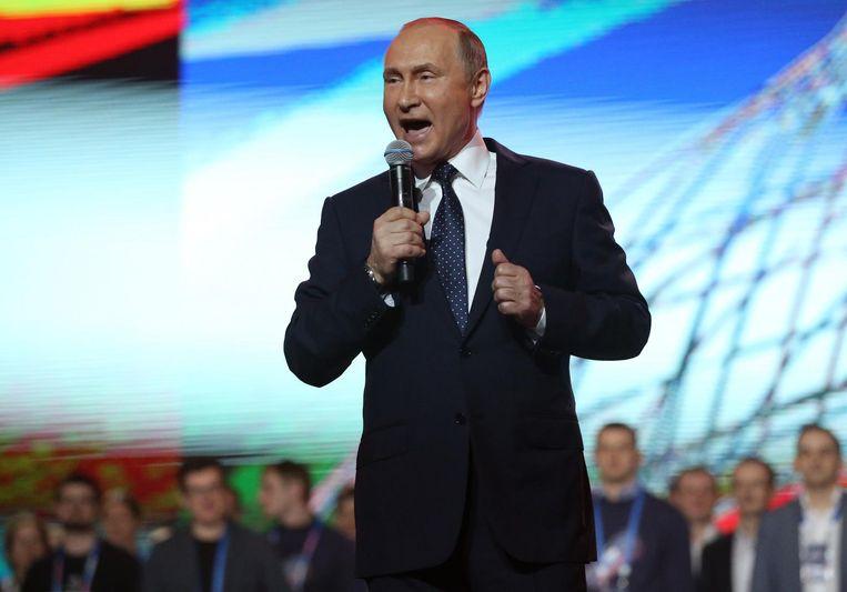 Poetin geeft een speech tijdens een forumbijeenkomst voor jongeren. Beeld getty