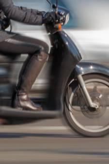 Beroving in Arnhem: politie zoekt twee mannen op zwarte scooter