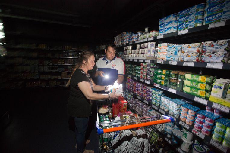 'Is dit ons merk van yoghurt?', zie je deze klanten van Okay in Lummen denken. Daarvoor halen ze hun pas gekregen zaklamp boven.