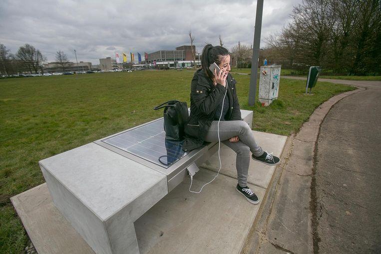 In Hasselt hebben ze al zitbanken waar je je gsm kan opladen.