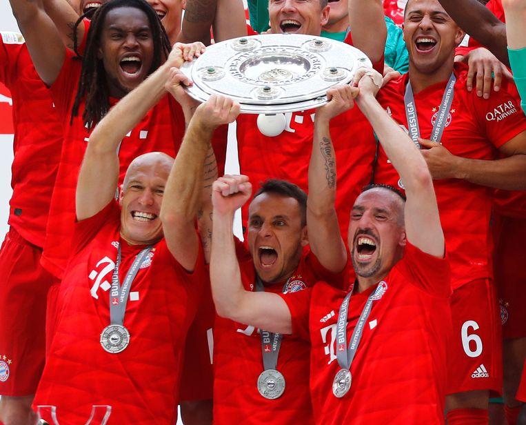 Robben, Rafinha en Ribéry nemen afscheid van Bayern München met de kampioenenschaal.
