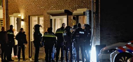 Man dreigt vanuit raam met enorm mes naar buurtgenoten en sloopt eigen woning in Tilburg, politie valt binnen