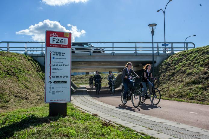 Fietsers testen de snelfietsroute F261 op de Noorder Allee bij Waalwijk.