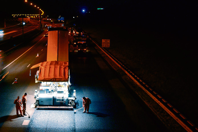 Nachtelijke asfalteringswegwerkzaamheden door Rijkswaterstaat, vorig jaar op de A15 nabij Gorinchem.