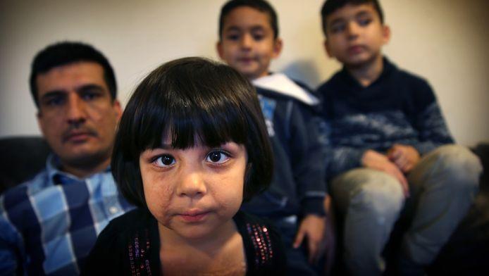 Kalma en haar familie. Het meisje van 3 hoort niets, maar wordt niet geholpen.
