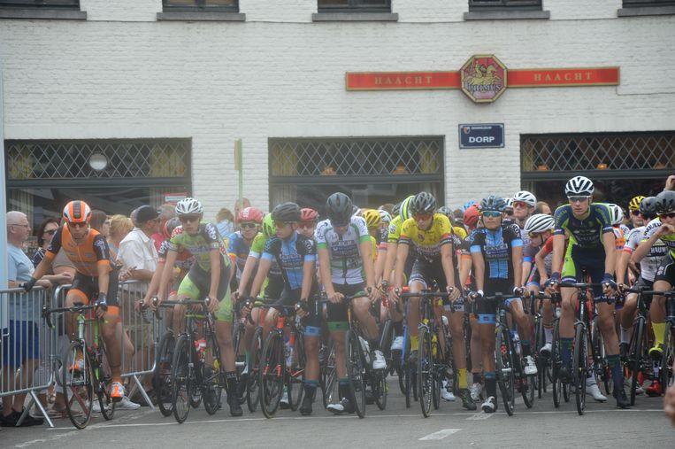 De renners voor de start op het Dorp.