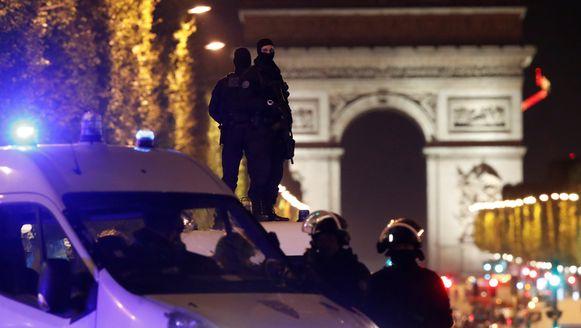 Zwaarbewapende agenten op de Champs-Elysées, gisteravond. Zij zouden het doel geweest zijn van de aanslag.