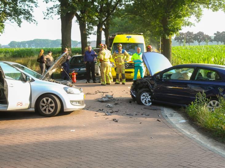 Twee auto's frontaal op elkaar gebotst in Liessel
