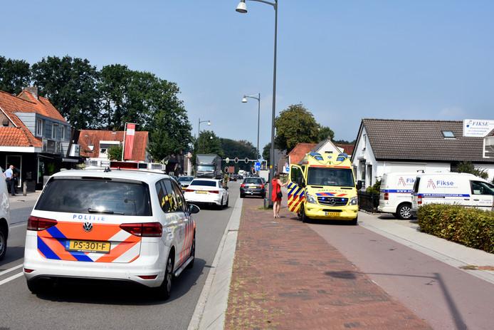 De politie leidt het verkeer om nadat op de Eperweg in 't Harde een kop-staartbotsing heeft plaats gehad.