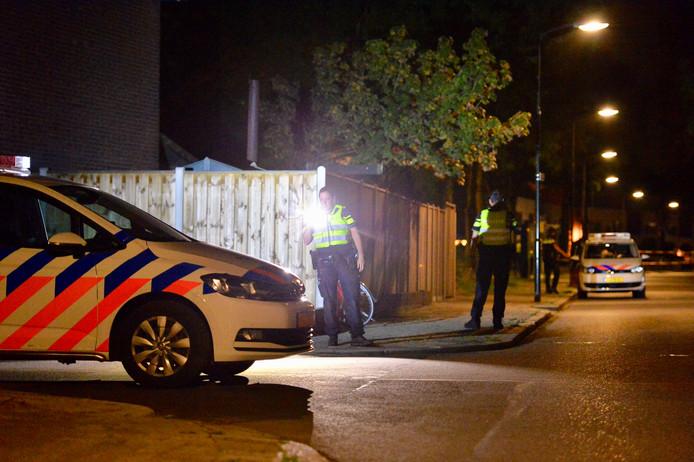 De gewonde fietser werd in slechte toestand met de ambulance naar het ziekenhuis vervoerd. De politie doet onderzoek op de plek van de steekpartij.