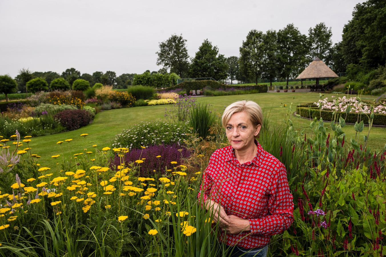 Ina Oude Weernink-Loohuis in haar Tuin de Weide in Langeveen.