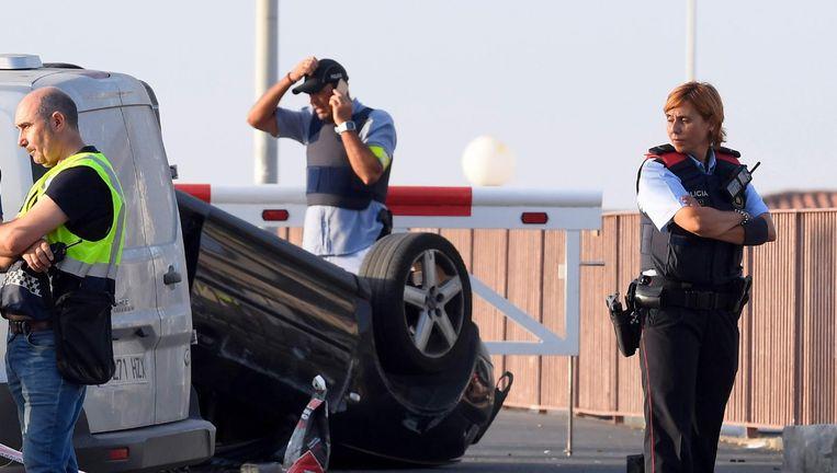 Spaanse politie naast de auto die bij de aanslag in Cambrils was betrokken. Beeld afp