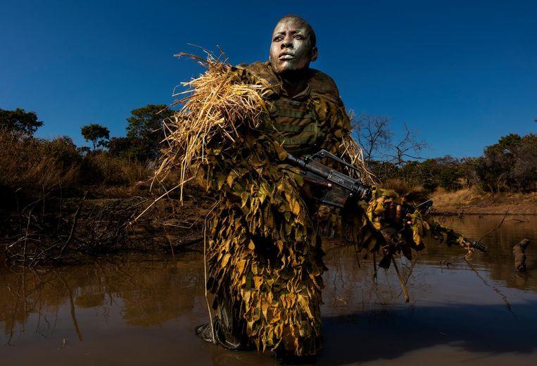Lid van een volledig uit vrouwen bestaande garde die een wildpark in Zimbabwe moet behoeden voor stropers Beeld Brent Stirton