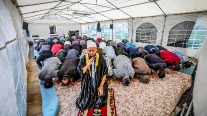 Bidden tot in de partytent toe: moskee opgericht door oud-doelman Club Brugge barst uit z'n voegen