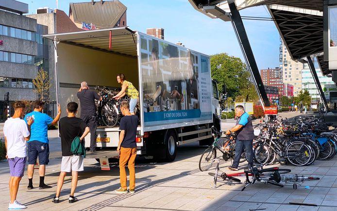 Nog een 300 verweesde  fietsen opgehaald bij station Tilburg: 'Het was zwaar, zeker met deze temperaturen.'