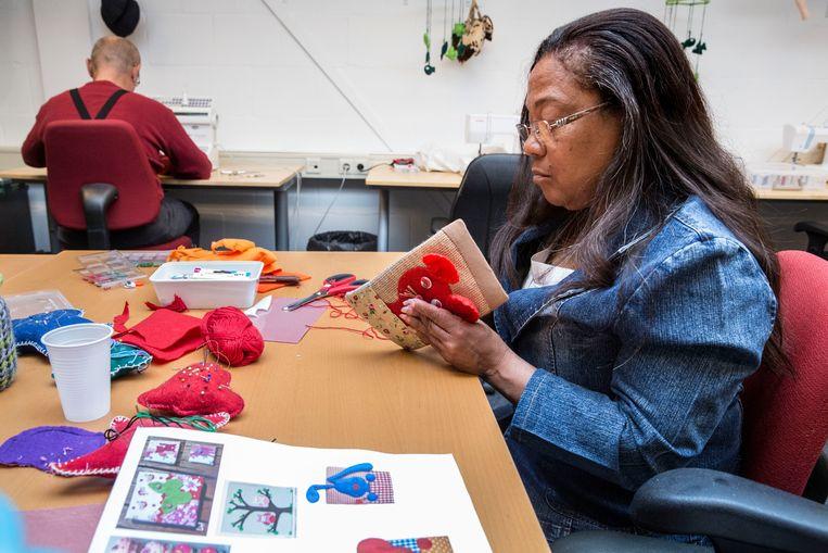 Rotterdammers die als tegenprestatie voor de bijstandsuitkering washandjes moeten vouwen, knuffels naaien of borduren. Beeld arie kievit