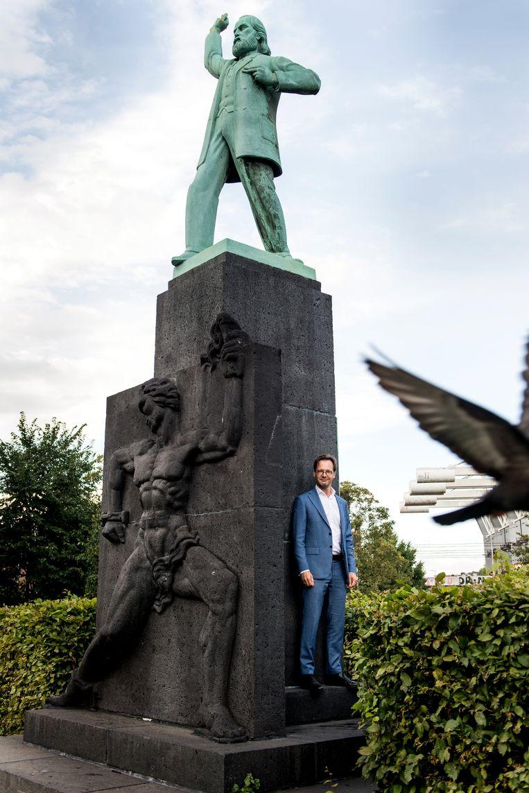 Van Raak bij het standbeeld van Domela Nieuwenhuis in Amsterdam. Beeld Eva Faché
