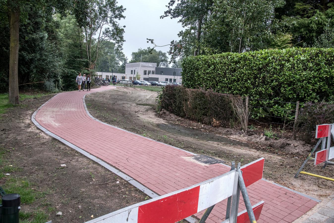 Door een fietsbrug over De Raam kunnen schoolgaande kinderen straks veiliger bij de nieuwe school komen.
