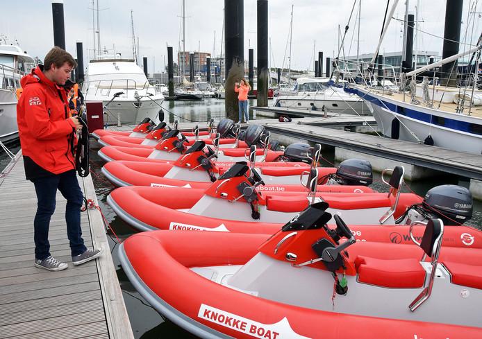 Zelf de haven uitvaren op een motorbootje mag niet meer zonder vaarbewijs. Knokke Boat wil niet weg uit Cadzand-Bad en zoekt naar een uitweg.
