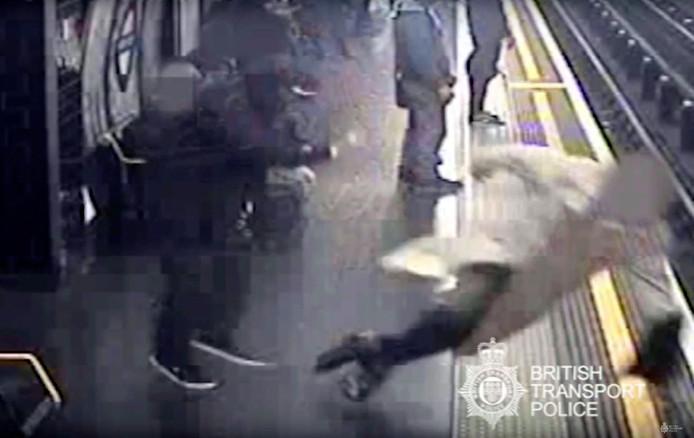 Het moment waarop de 91-jarige Robert Palmas op het spoor geduwd werd.