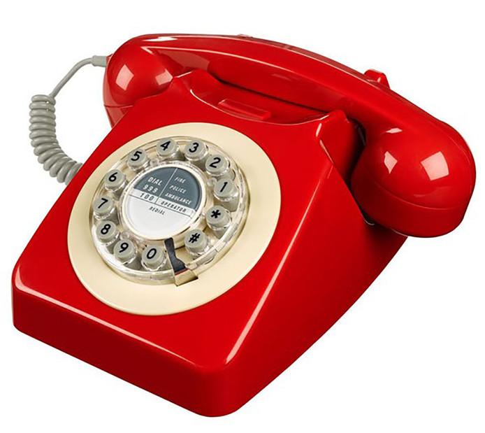 Een ouderwetse telefoon met draaischijf.