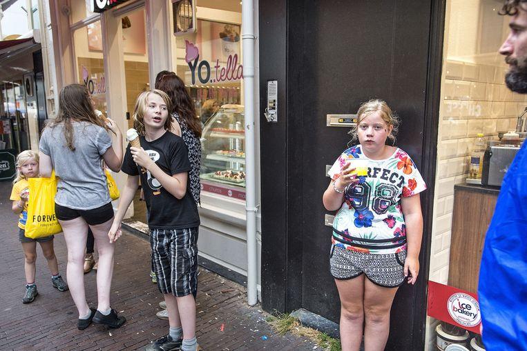 Toeristen voor een ijssalon in Amsterdam. Beeld Guus Dubbelman / De Volkskrant