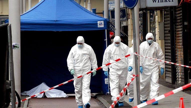 De ochtend van 11 oktober 2004: sporenonderzoek bij het lichaam van Theo Van Gogh in de Linnaeusstraat. Beeld anp