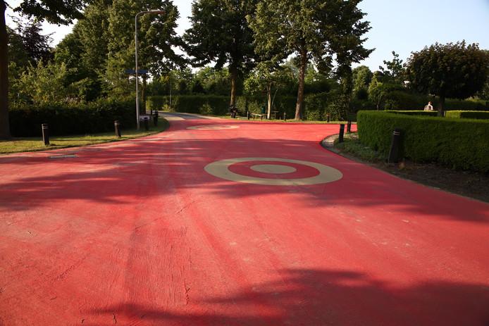 Het knalrode wegdek in Opheusden. Dit is de straat In 't Land.