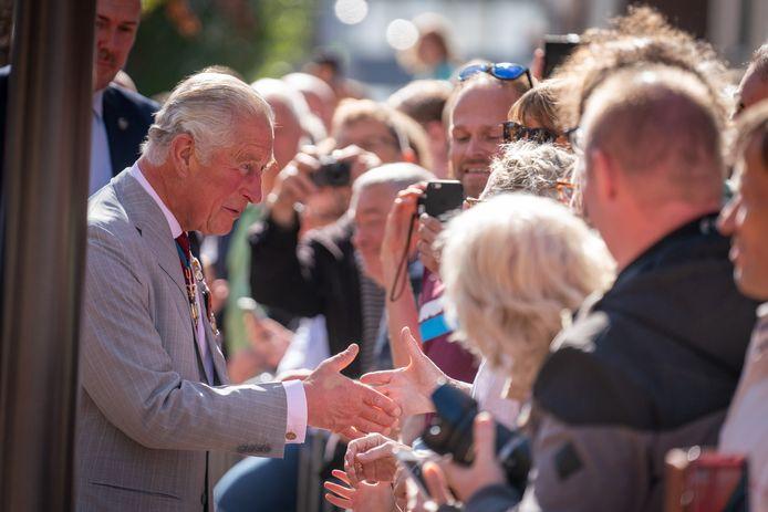 De prins schudt handen in het publiek.