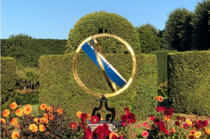 De zonnewijzer straalt in nieuwe glorie in de tuin van Kasteel Amerongen.
