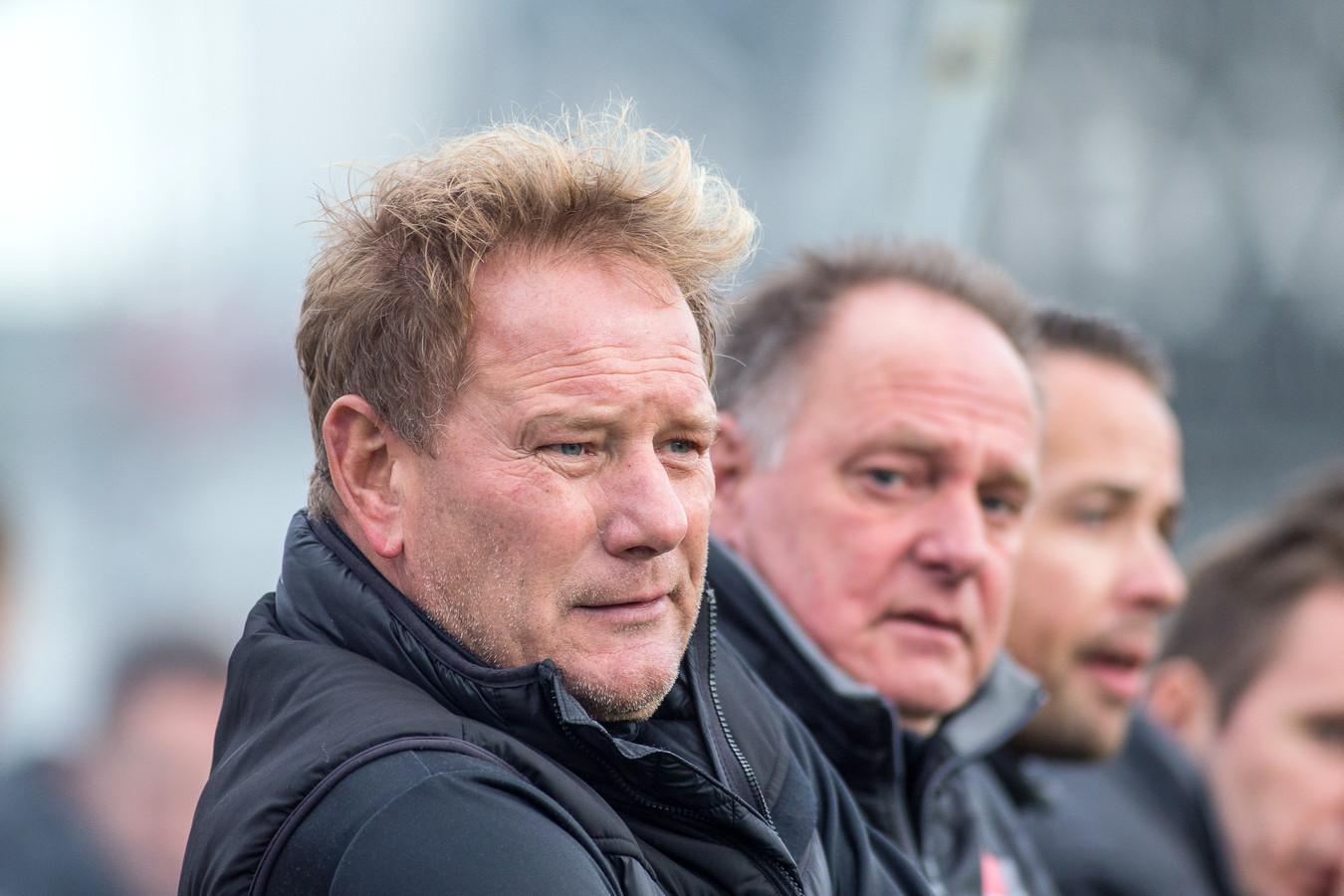 Jan de Jonge (voorgrond) als trainer op de bank van De Treffers.