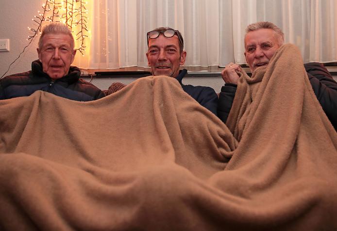 Bewoners Anne Korf, Perry Claesen en Cor van der Wiel hebben een deken nodig om het zich behaaglijk te maken.