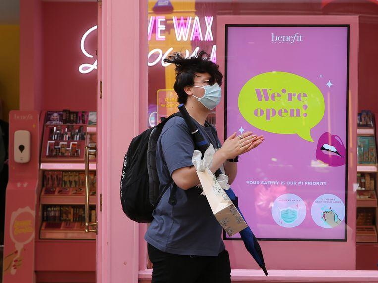 Een man draagt een mondmasker in Londen tijdens het shoppen.