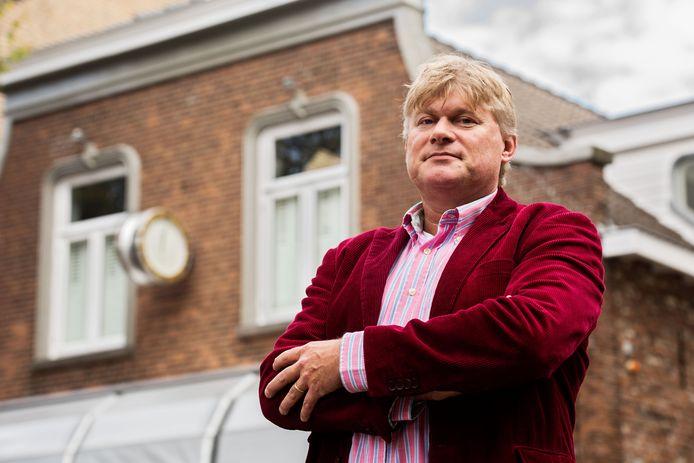 Reinold Vugs voor zijn oud ouderlijk huis aan de Stationstraat in Oisterwijk, waar zijn ouders een kapperszaak dreven.