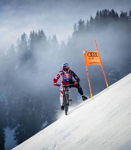 Mountainbiker raast van skipiste