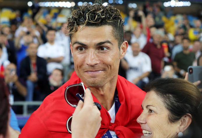 Cristiano Ronaldo met zijn moeder na de gewonnen Champions League-finale van Real Madrid vorig seizoen tegen Liverpool.