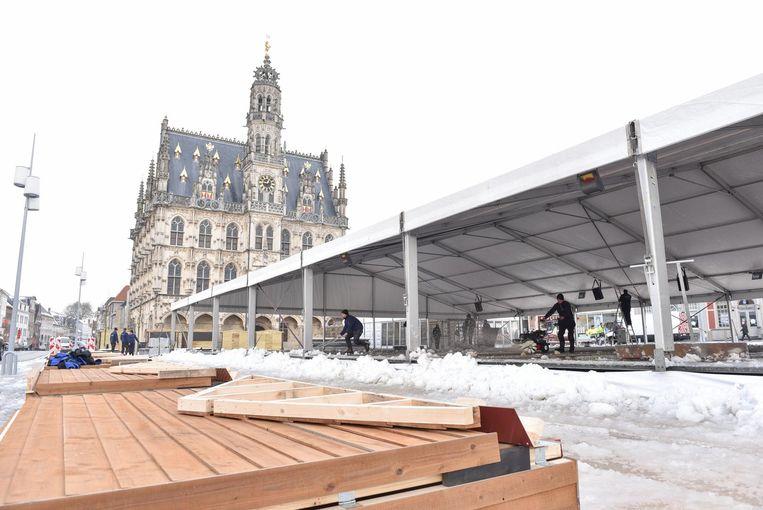Op de vernieuwde Markt is de opbouw van de ijspiste al gestart. Maar eerst moet de sneeuw nog opgeruimd worden.