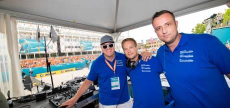 Mark, Martijn en Jan zwepen het Apeldoornse publiek op tijdens beachvolleybalwedstrijden