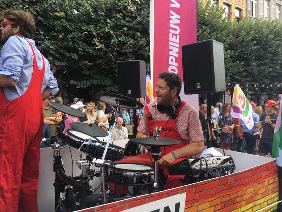 Politicus Tom Meeuws speelde drums op de praalwagen van Sp.a.