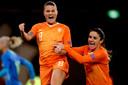 Oranje won ook in de laatste EK-kwalificatiewedstrijd van 2019, onder meer door twee benutte penalty's van Sherida Spitse (l).