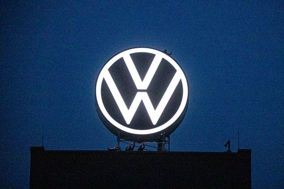 Het nieuwe logo aan het hoofdkantoor in Wolfsburg.