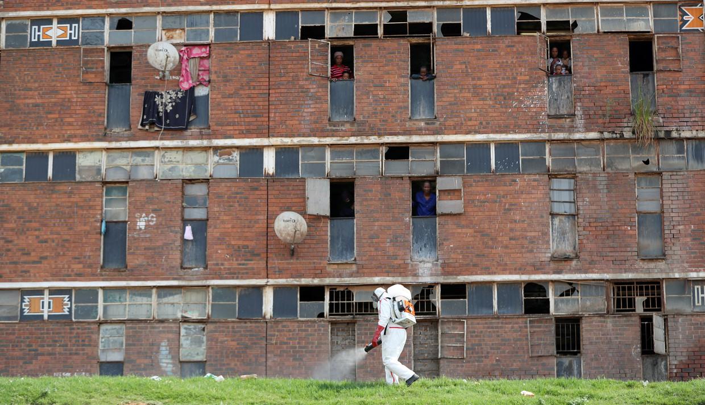 Inwoners van Alexandra, een deel van Johannesburg. In Zuid-Afrika is een lockdown van 21 dagen afgekondigd.