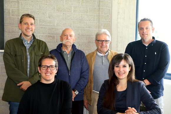 Burgemeester Mien Van Olmen (CD&V) en schepen van Foren Yoleen Van Camp (N-VA) stelden samen met een delegatie van de foorkramers het nieuwe kermisconcept voor, met uiterst links onder meer woordvoerder Steve Severeyns.