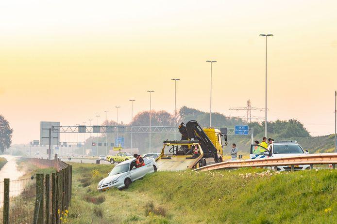 De auto raakte van de weg op de A12 bij Odijk. De bestuurder is aangehouden.