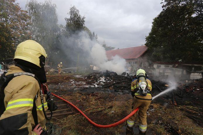 Brand achter woning in Geffen.