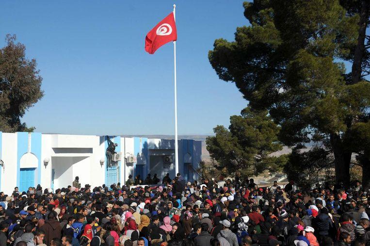 Tunesiërs demonstreren bij het hoofdkwartier van de autoriteiten in de stad Kasserine. Beeld afp