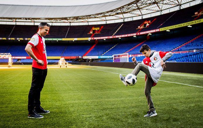 Robin van Persie met zijn zoon Shaqueel tijdens de presentatie en terugkeer van Robin als Feyenoorder.
