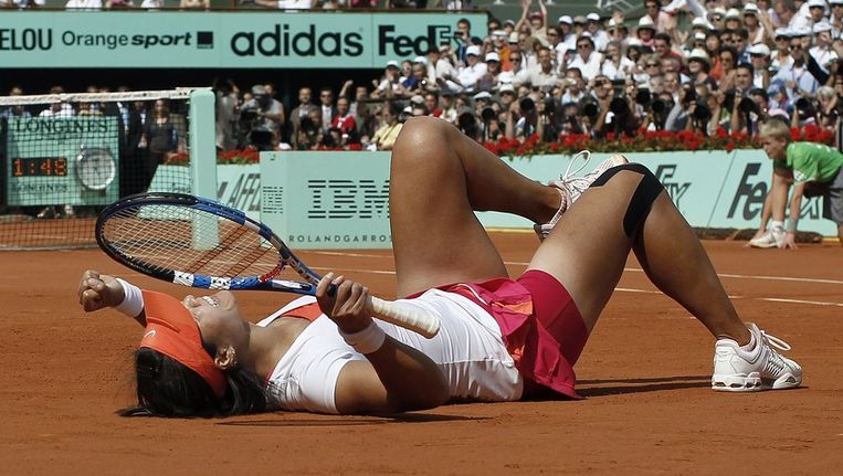 Blijdschap en uitputting bij Li Na na het winnen van de finale van Roland Garros. Beeld afp